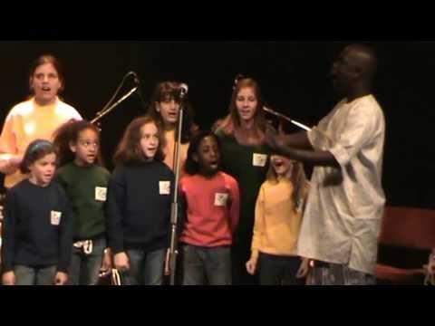 Badara Seck canta Fire of Africa di Ugo Scamarcio con il Coro multietnico di bambini Se…sta voce