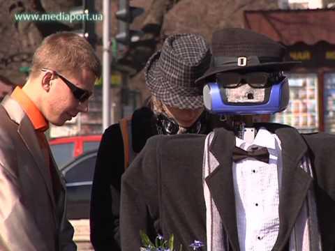По центру Харькова ходит робот-гуманоид