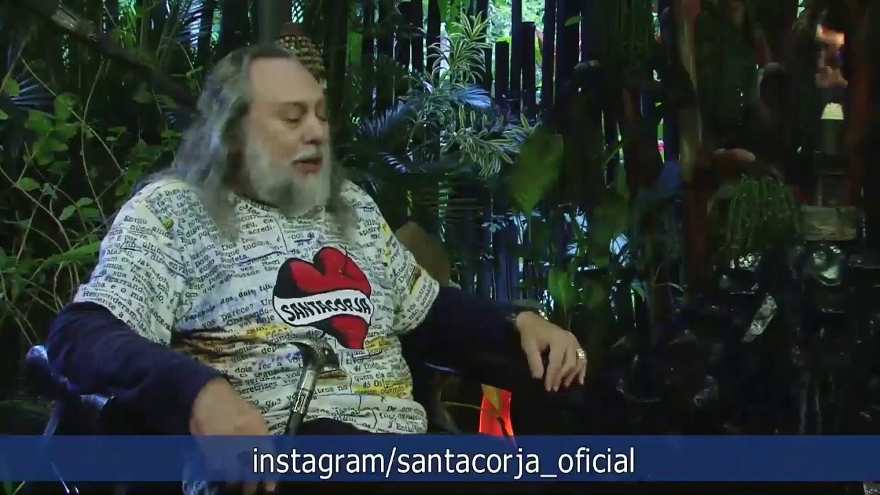 Caio apresenta o programa vestindo a camisa especial da SantaCorja!