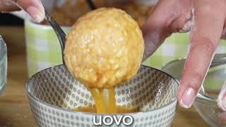 Arancini di riso al pomodoro ripieni di prosciutto cotto, mozzarella e piselli