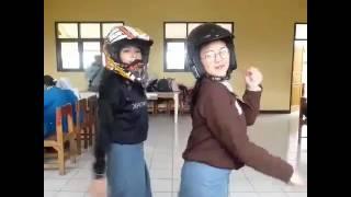 Download video dj gabut goyang versi IG @intan_fransiskaaa & @fitrii_az