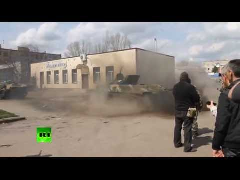 Video: Anti-govt militia drifting on Ukrainian APC in Slavyansk klip izle