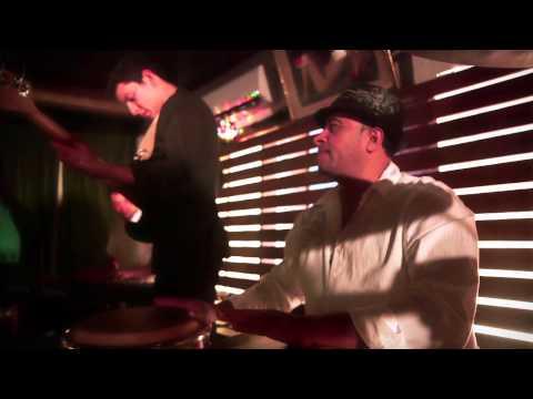 Clip video La Mecánica Popular - La Paz Del Freak (Official Music Video) - Musique Gratuite Muzikoo