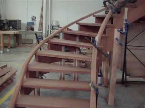 fabricacion de escalera de madera  con curva www.balaustradashuertas.com.MOD