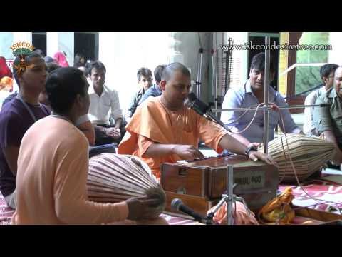 Shyam Teri Bansi Baje Dhire Dhire Bhajan By H G  Amiya Vilas Das On 4 July 2014 At Iskcon Juhu video