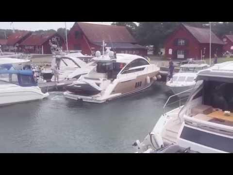 Fairline Targa 50 lämnar Utö Gästhamn