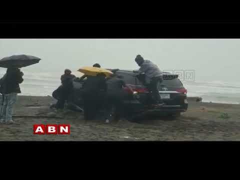 తీరంలో ఇరుక్కుపోయిన మంత్రి కారు | Minister Ganta Srinivasa Rao Car stuck in Bheemili Beach