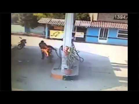 Hombre se incendia al cargar combustible a su moto.