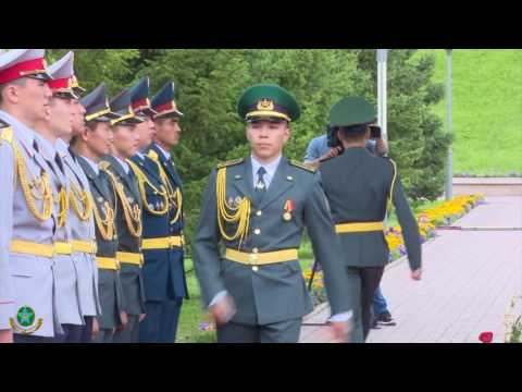 Президент вручил курсантам офицерские погоны