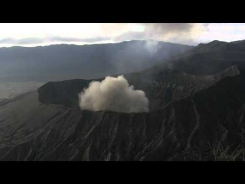 Mount Bromo volcano explosive eruption accompanied by powerful shockwave (1/2)
