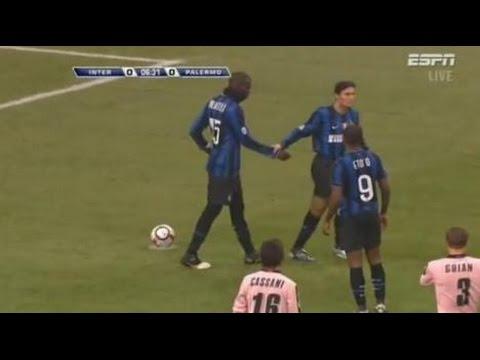 Balotelli vuole tirare il rigore, ma Zanetti lo porta via