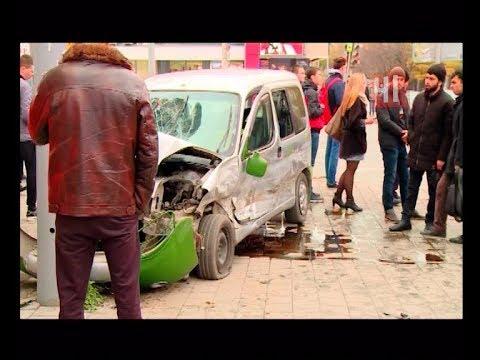 Машина снесла пешеходов на перекрестке / Новости