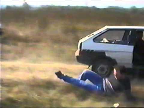 Közkívánatra: mozgó autóból kiugrás…:)