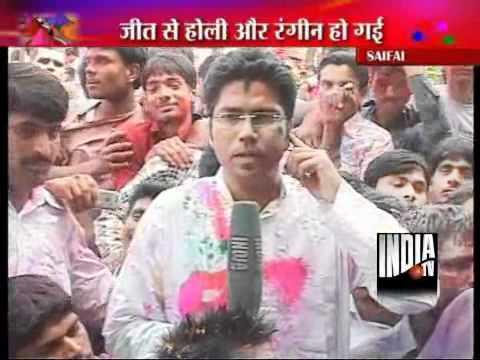 Mulayam Celebrates Holi in Saifai, Akhilesh Stays Away