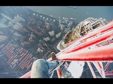 Este video te hará sentir vértigo con sólo verlo rusos locos sin miedo a las alturas TORRE SHANGAI