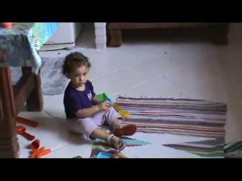 Glauco Brasil e Julia com seus brinquedos na cozinha #1