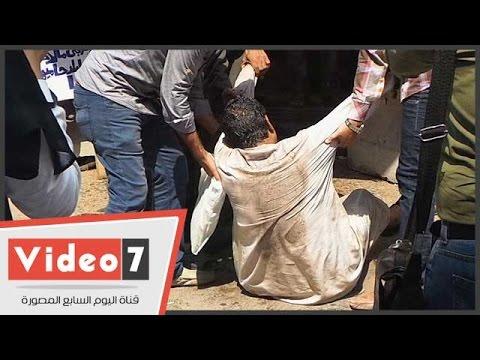 بالفيديو.. مواطنون يمنعون مواطنًا من حرق نفسه أمام مجلس الوزراء