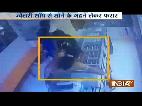 Caught on Camera: Women thief steal jewellery worth 3.5 lakh from a showroom in Pune