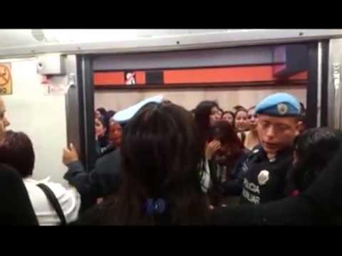 Metro Ciudad de México, vagón línea 7 viaja con puertas abiertas.