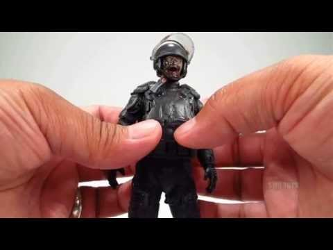 The Walking Dead TV Series 4 Riot Gear Zombie Quick Review