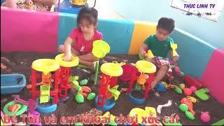 Bé Tũn & em Khoai chơi tro chơi  lọc cát, ô tô chở cát tai khu vui chơi dành cho bé ♥Thục Linh TV♥