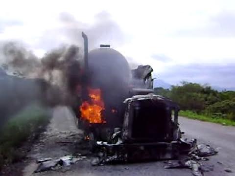 pipa ardiendo sobre carretera federal en la colonia las flores de matias romero