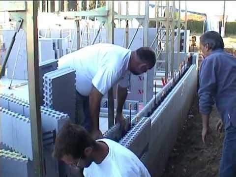 Maison en bloc de coffrage isolant 72 h youtube for Maison en beton banche
