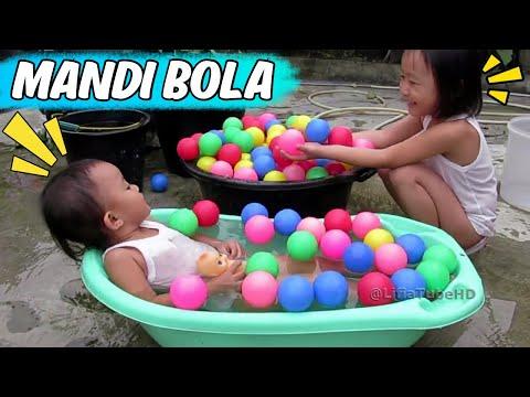 Mainan Anak Anak - Asiknya Bermain Air Dan Mandi Bola - Ice Bucket Challenge Kids video