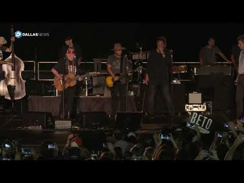 Representative Beto O'Rourke sings with Willie Nelson