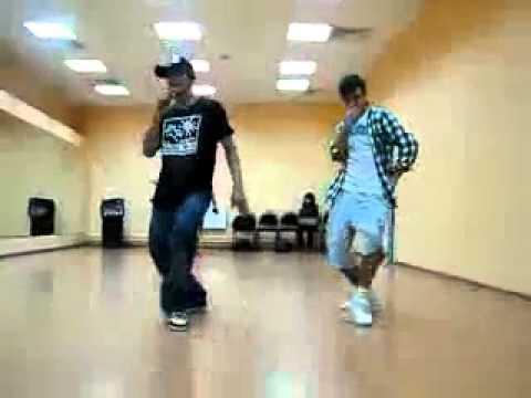 танцуют парни )))