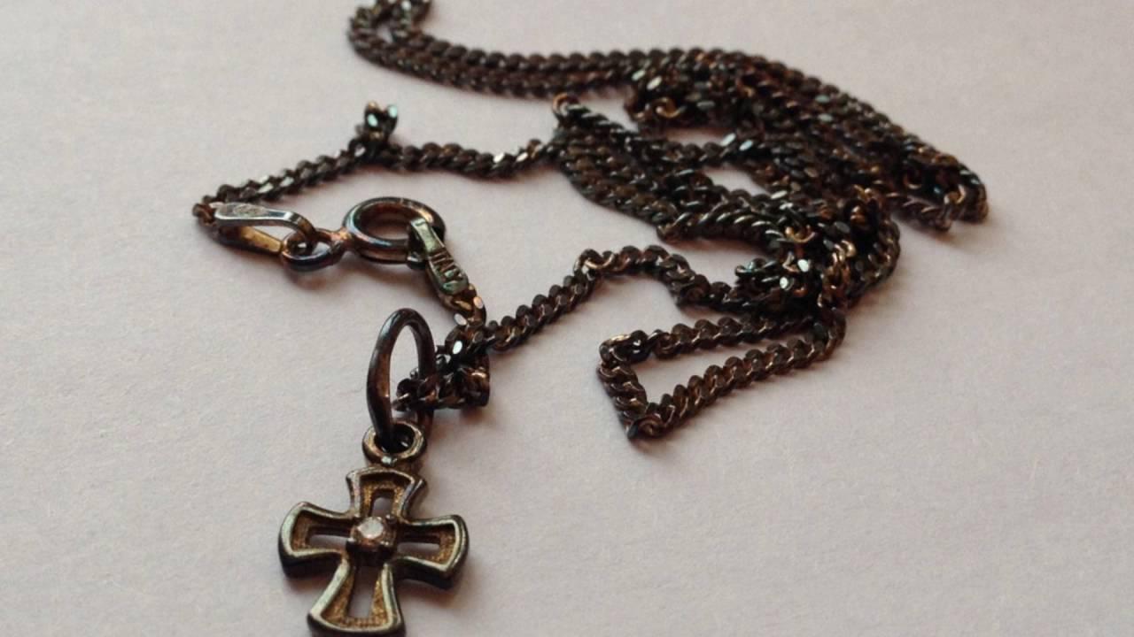 Почему чернеет крестик и цепочка