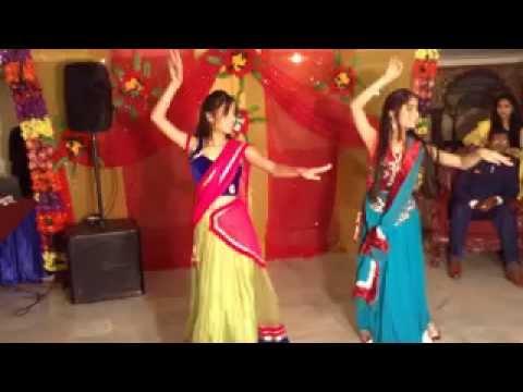 Ban Than Chali + Inhi Logo Ne Le Lina Dupatta Mera - Aashima & Anushka Bhargava On Dance Floor video