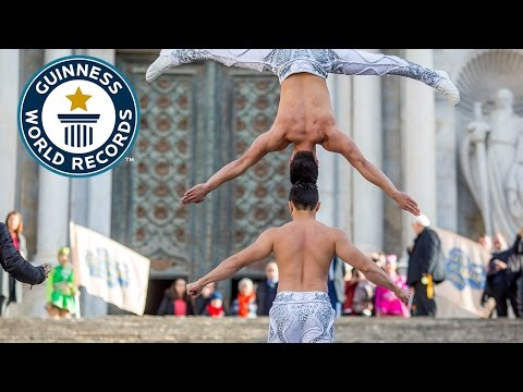 Two strong Vietnamese brothers climbed stairs with a person on the head - Guinness World Records