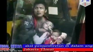 seorang ibu dan anak kecil di kalungi CELURIT lehernya di dalam angkot