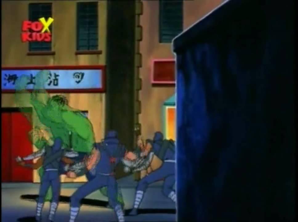 Hulk per difendere betty lancia i cattivi nei cassonetti