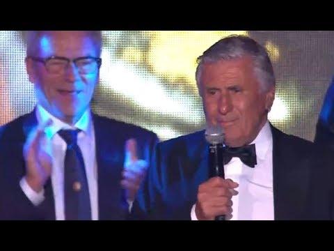 Mister Ajax Sjaak Swart zingt 'Hand In Hand' uit volle borst