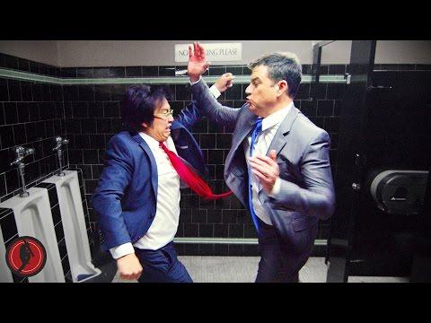 El comediante Jimmy Kimmel y el director Freddie Wong protagonizan uno de los videos virales más hilarantes que han sido estrenados en el universo de YouTube.  En el clip, cuya duración de casi 2 minutos y medio, muestra a las dos celebridades peleando en un baño público por el nudo de las corbatas.