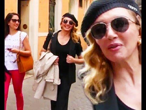 Milly Carlucci, passeggiata con Angelica e Angelo