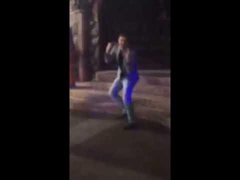 Парень классно танцует на дискотеке
