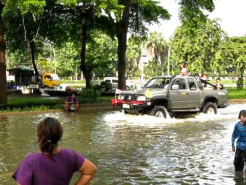 Bangkok Floods 2011 – Water fun (Sanam Luang area) – 30 October 2011