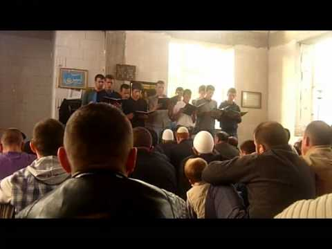 Te rinjte duke kenduar Ilahi ne fshatin Sllovi ne Xhamin e re ne diten e Bajramit