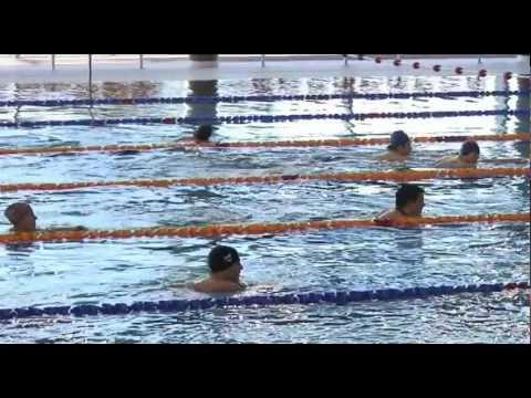 Pierwsi studenci na basenie