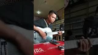 Download Lagu SALUT !! Pengamen Melayu Nyanyi Lagu Mandarin Wo Men Pu Yi Yang (我们不一样 Kita Memang Berbeda) Gratis STAFABAND