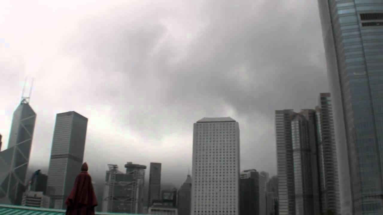 Viajando en tranvía por Hong Kong en un día nublado