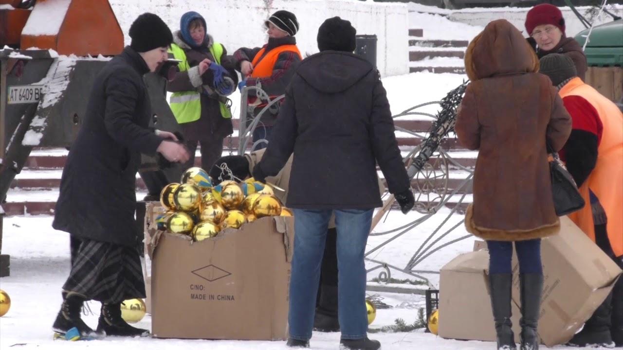У Калуші забрали з площі Героїв новорічну ялинку