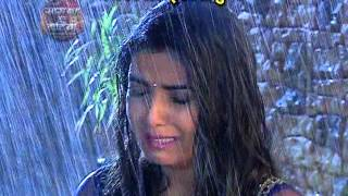 Twinkle and Kunj romances in rain covered by AajTak