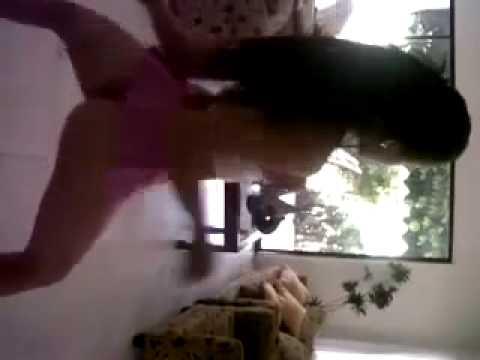 Chica casi desnuda bailando dembow