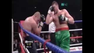 Ein Boxer haut sich fast selbst K.O.!