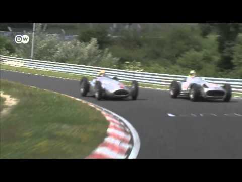 """Гонщики """"Формулы-1"""" сели за руль знаменитых болидов Mercedes"""