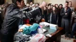 Հույն ուսանողներն աղբի տոպրակն ի նշան բողոքի դատարկել են փոխռեկտորի գրասեղանին
